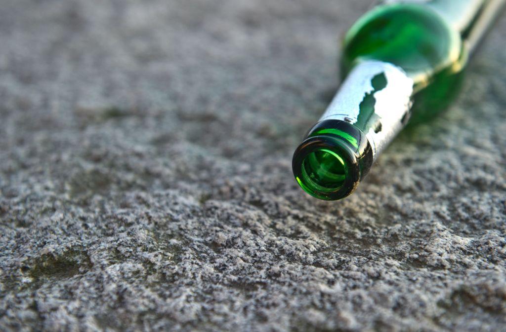 War bei der heftigen Schlägerei in Fellbach eine Flasche als Waffe im Spiel? (Symbolbild) Foto: dpa/Tobias Kleinschmidt