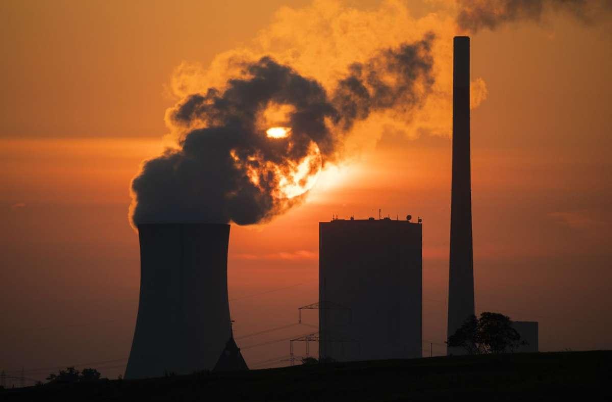 Die Sonne geht hinter dem Kohlekraftwerk Mehrum im niedersächsischen Landkreis Peine auf: Das Runterfahren der Wirtschaft hat die weltweite CO2-Konzentration nur minimal beeinträchtigt. Foto: Julian Stratenschulte/dpa