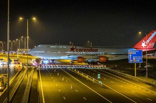 Boeing 747 überquert Autobahn