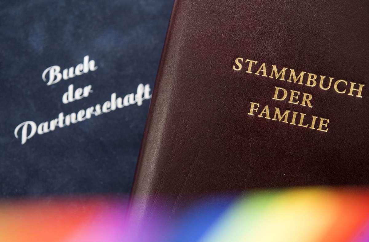 Der Lesben- und Schwulenverband (LSVD)Baden-Württemberg verstärkt sein Engagement für Regenbogenfamilien. (Symbolbild) Foto: dpa/Lino Mirgeler