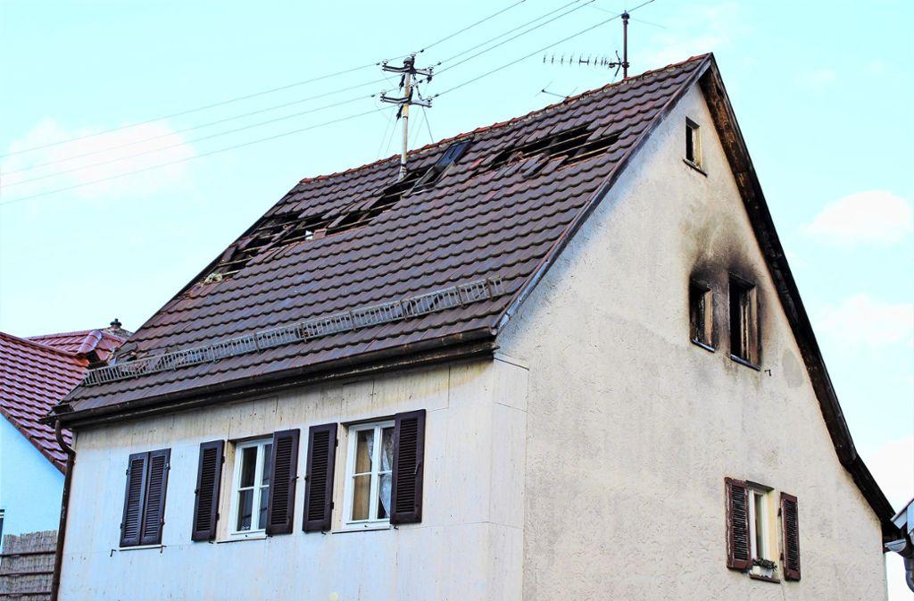 Das Haus an der Mannspergerstraße ist aktuell unbewohnbar. Im Februar hat es dort im Dachstuhl gebrannt. Foto: Caroline Holowiecki