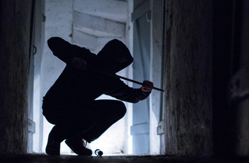 Wenn es dunkel ist, fühlen sich Enbrecher unbeobachtet. Die Polizei rechnet jetzt wieder mit einem Anstieg der Einbruchsdelikte. (Symbolfoto) Foto: dpa