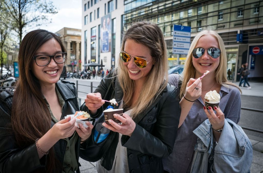Die sommerlichen Temperaturen machen bei den Stuttgartern Lust auf Eis, so auch bei An (v.l.), Selina und Laura. Foto: Lichtgut/Achim Zweygarth