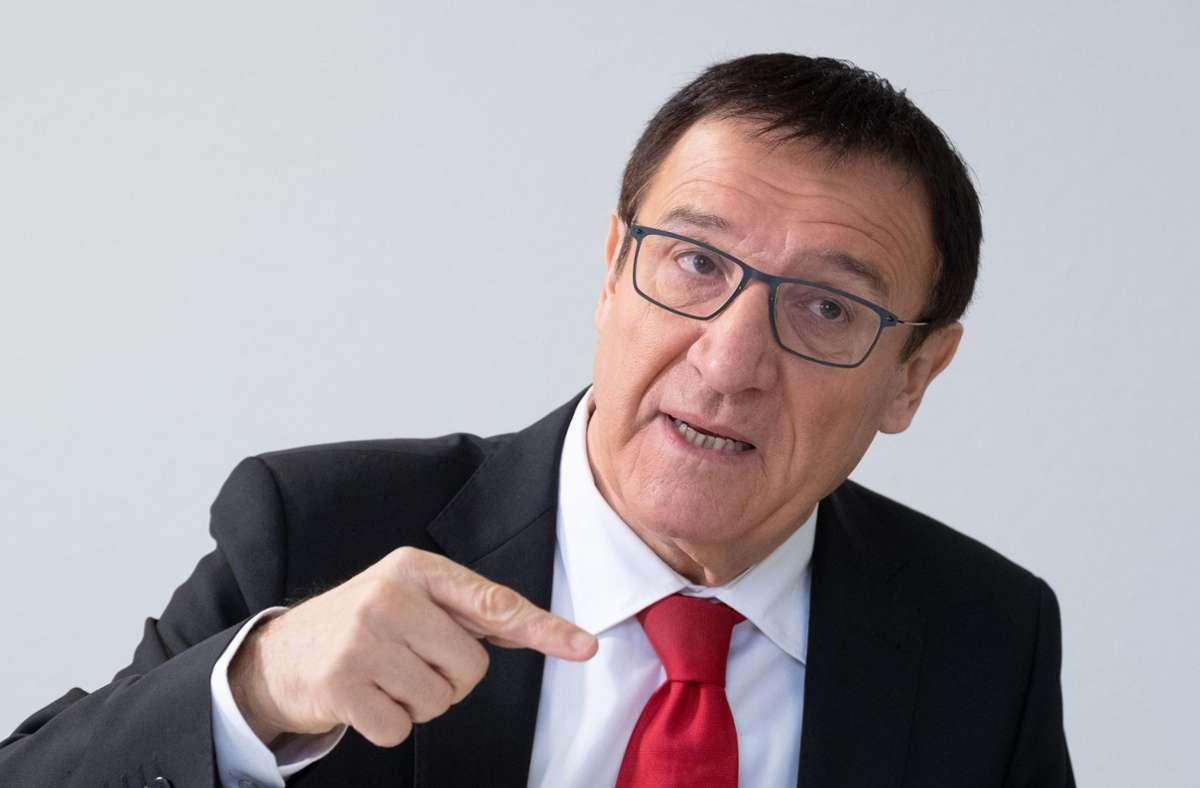 CDU-Landtagsfraktionschef Wolfgang Reinhart bleibt nach dem Kontakt mit einem Mitarbeiter, der mit dem Coronavirus infiziert ist,  in Quarantäne. (Archivbild) Foto: dpa/Bernd Weissbrod
