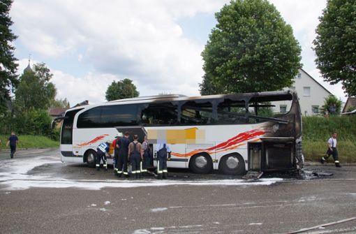 Reisebus mit Kindern an Bord fängt Feuer