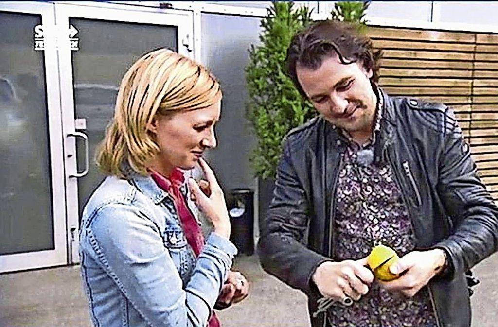 Thorsten Strotmann zaubert für SWR- Moderatorin Anna Lena Dörr mit einem verbotenen  Butterfly-Messer Foto: SWR
