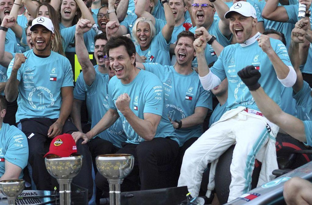 Mercedes feiert den Konstrukteurs-Titel: Die Fahrer Lewis Hamilton (li.) und Valtteri Bottas (re.) flankieren Motorsportchef Toto Wolff. Foto: AP/Toru Hanai