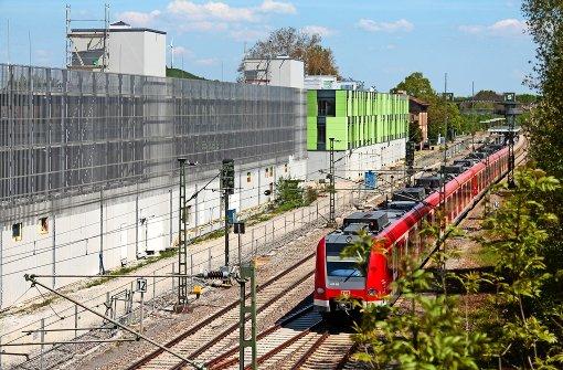 Bahnhof im Schatten der Moderne