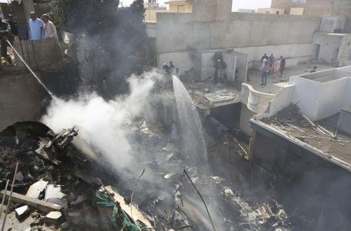 Flugzeug stürzt in Wohngebiet – mindestens drei Überlebende