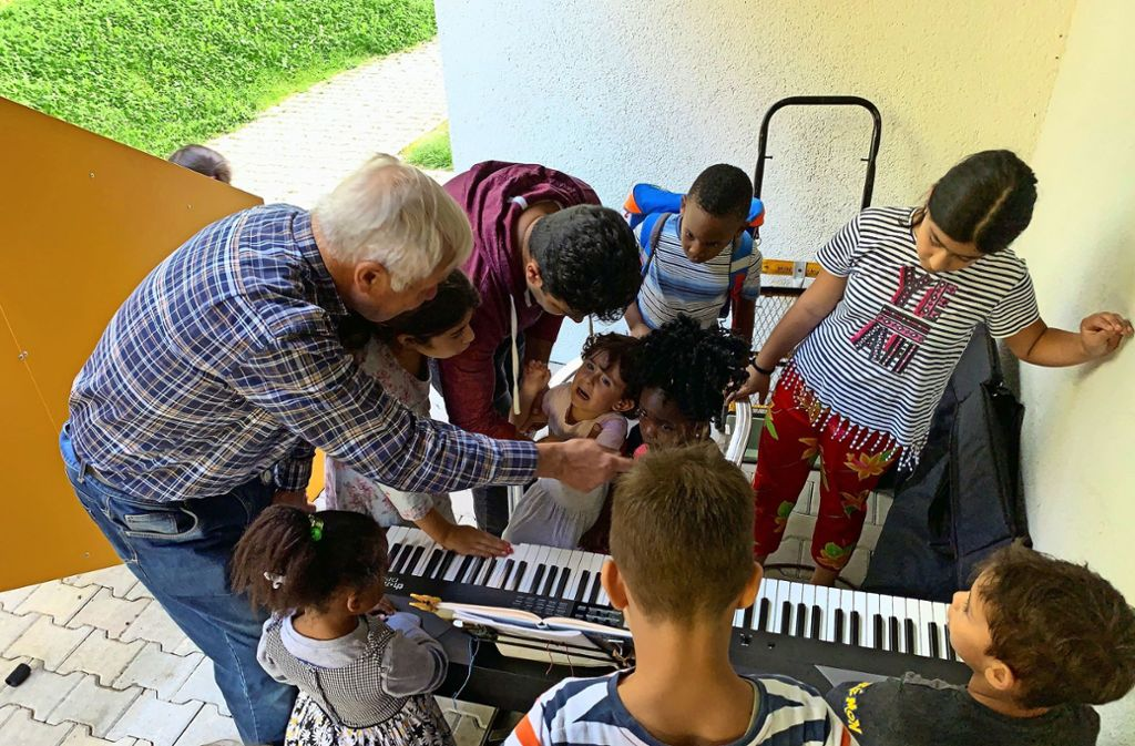 Egal, ob Harmonie entsteht, oder eher  Missklang: Für die Flüchtlingskinder   ist die Elektroorgel des Helfers  Frank Brundelius eine Attraktion. Foto: /Götz Schultheiss