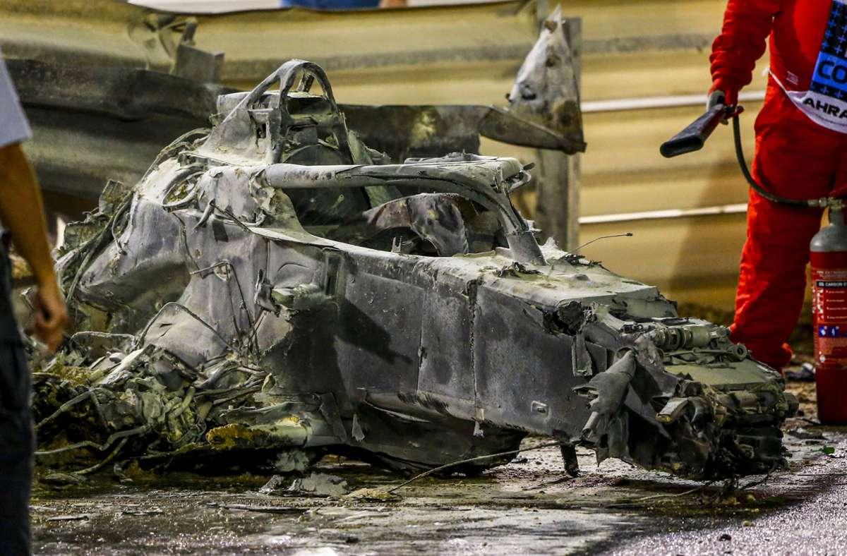Das Monocoque des Haas-Boliden ist zwar ziemlich ramponiert, doch nicht zerstört – und der sogenannte Halo über dem Cockpit ist intakt und rettete Romain Grosjean das Leben. Foto: imago/Andy Hone