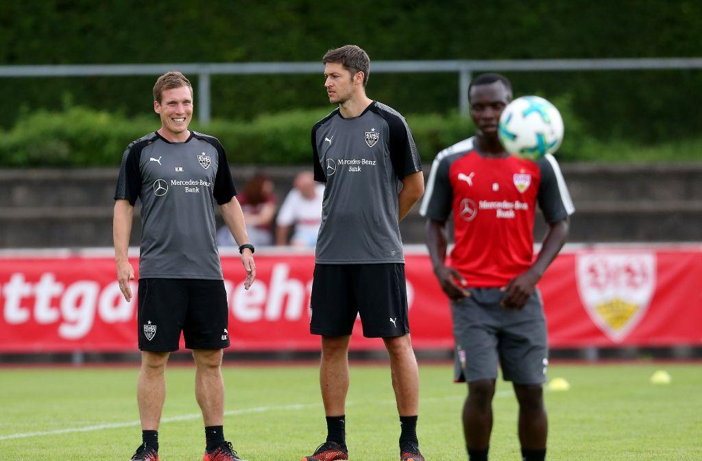 Ex-Abwehrchef Matthieu Delpierre (Mitte, mit Hannes Wolf (links) und Chadrac Akolo) besucht den VfB Stuttgart im Traininglager in Grassau. Weitere Fotos vom Dienstags-Training gibt es in unserer Bildergalerie. Foto: Pressefoto Baumann