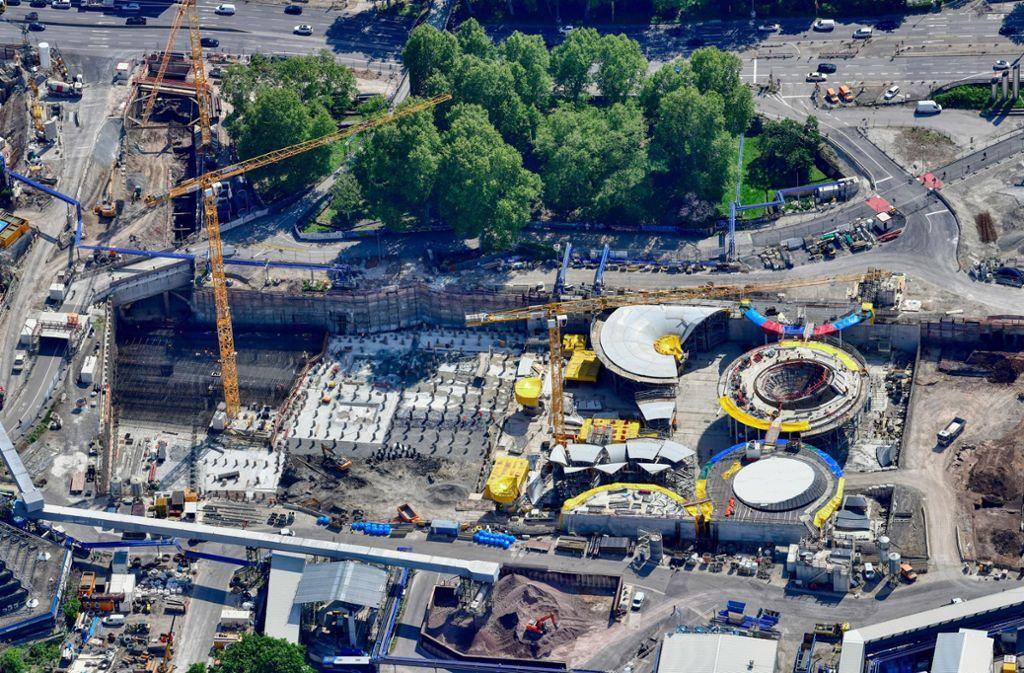 Auf der Bahnhofs-Baustelle in der Stuttgarter City zeichnet sich die Struktur des Bahnhofsdachs ab. Foto: DB AG