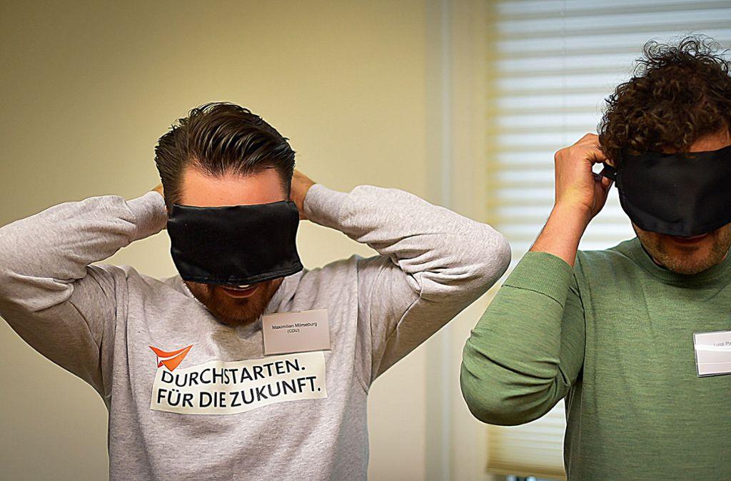 Die Kandidaten Maximilian Mörseburg (CDU) und Luigi Pantisano (SÖS) legen für das Blind Date die Augenbinden an. Foto: Lichtgut/Max Kovalenko