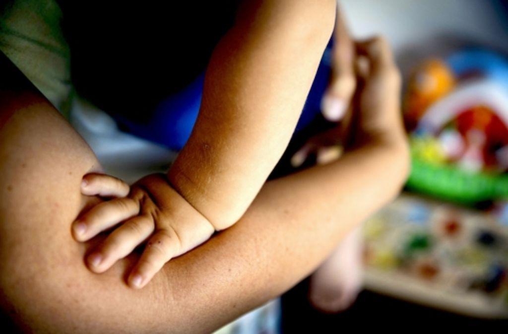 Mama ist immer da. Den Erzeuger des 15 Monate alten Jungen kennt allein der Frauenarzt. Foto: Gottfried Stoppel