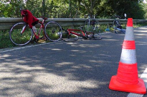 Autofahrer erfasst Gruppe Fahrradfahrer – und flüchtet