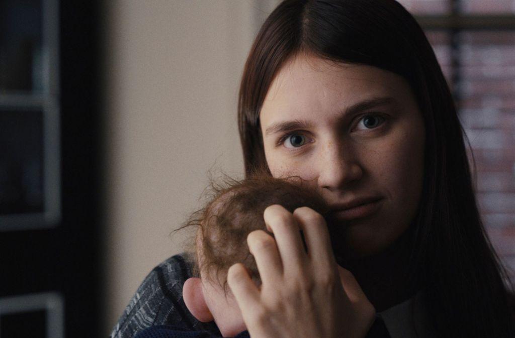 Das Kindermädchen Leanna (Nell Tiger Free) nimmt Baby Jericho sehr ernst. Foto: Apple
