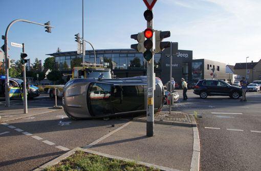 Auto kippt bei Unfall um – Fahrerin schwer verletzt