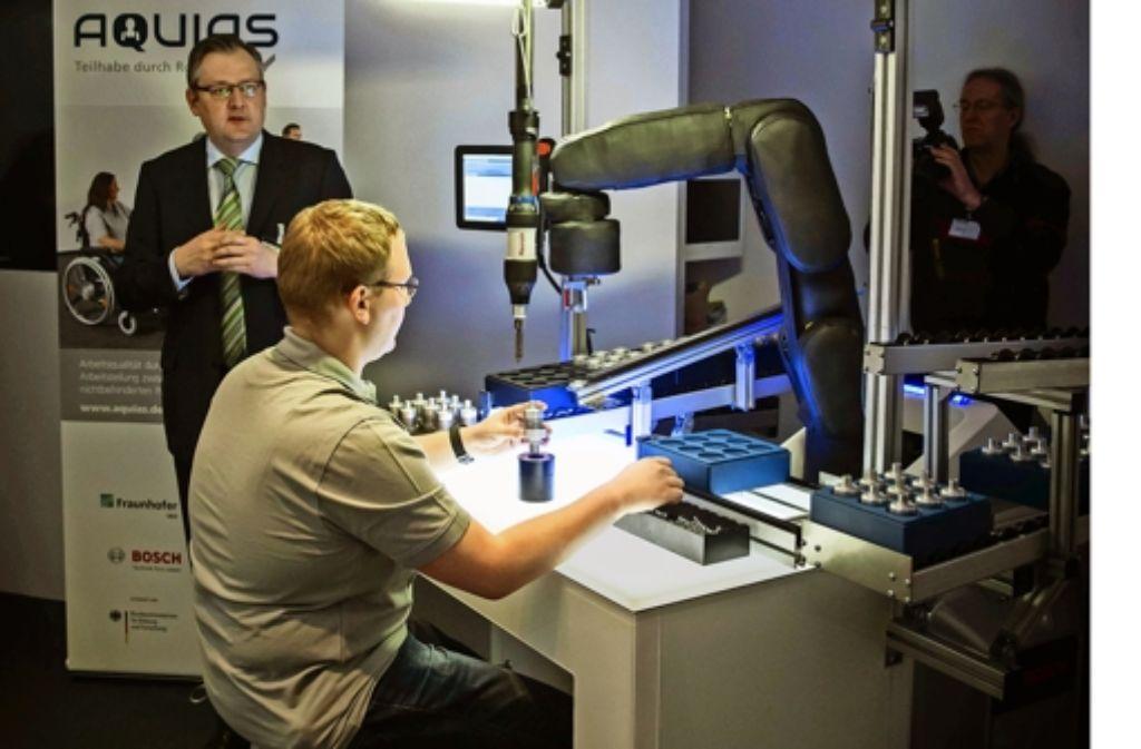 So könnte bald die barrierefreie Zusammenarbeit von Mensch und  Roboter in der Produktion aussehen. Foto: Lichtgut/Achim Zweygarth