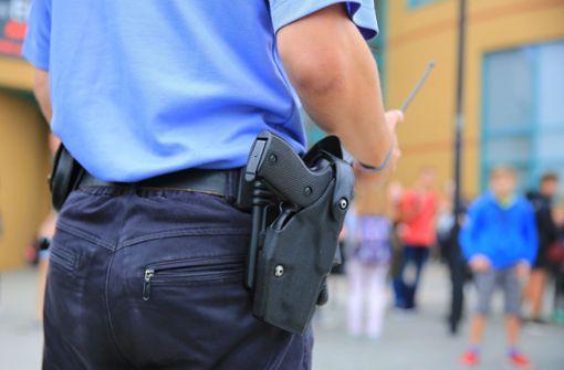 18-Jähriger verletzt Lehrer und schlägt Polizisten ins Gesicht