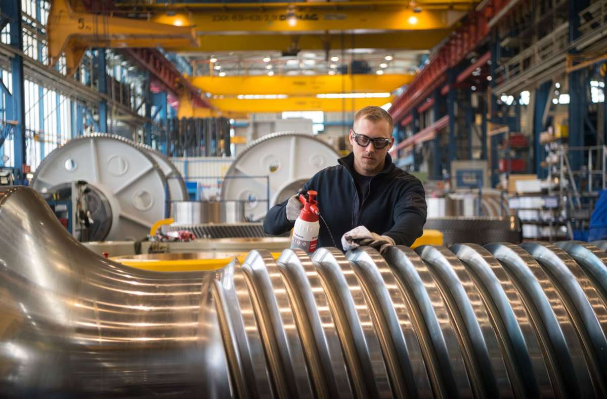 Ein Mitarbeiter der Schuler AG reinigt eine Antriebsspindel für eine Schmiedepresse. Das Göppinger Unternehmen hat im Coronajahr Verluste eingefahren. (Archivbild) Foto: dpa/Marijan Murat