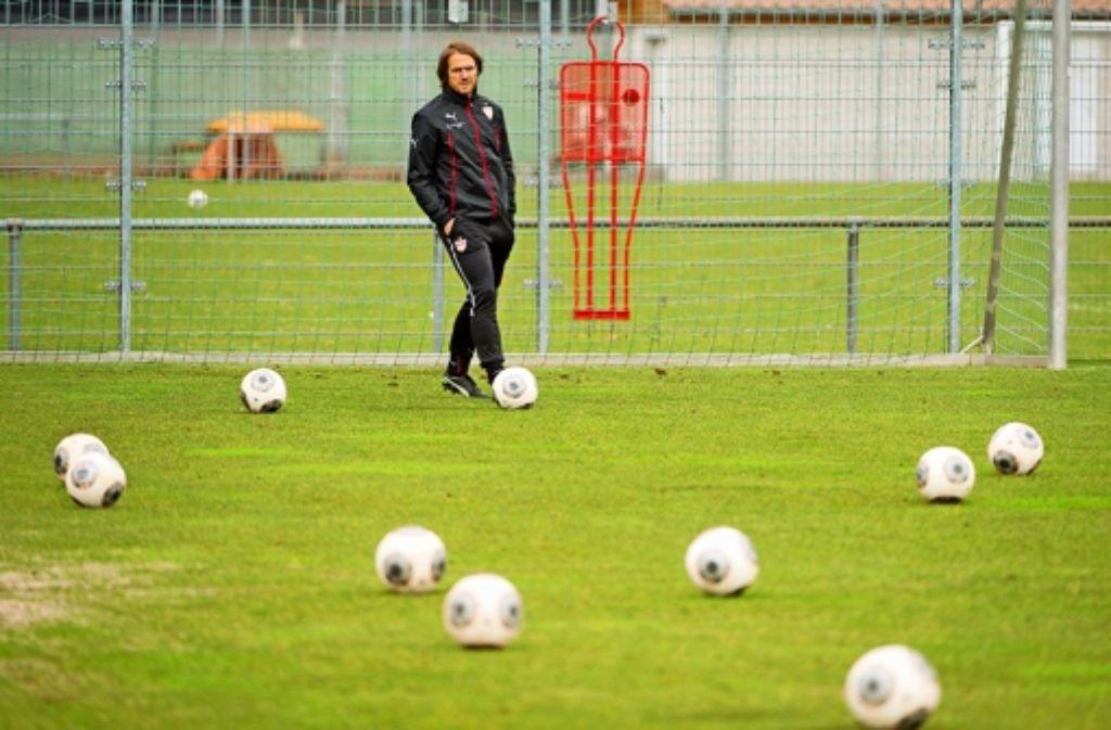 Die Einsamkeit des Trainers nach acht Niederlagen: Thomas Schneider weiß nicht, wie lange es für ihn beim VfB Stuttgart noch weitergeht. Foto: dpa