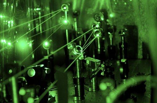 Blick in den Versuchsaufbau am Paul-Scherrer-Institut in der Schweiz mit dem grünen Laser, den Physiker der Universität Stuttgart beigesteuert haben Foto: PSI/Antognini, Reiser
