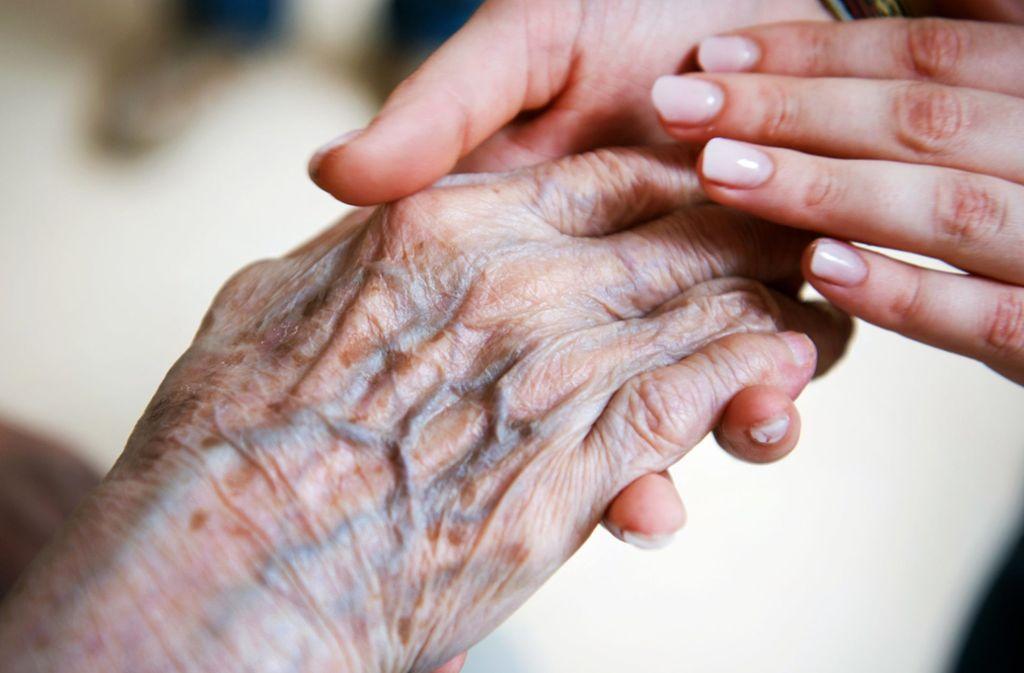 Um  Alte und Kranke betreuen zu können, braucht Bayern deutlich mehr Pfleger und Ärzte – und greift jetzt zu unkonventionellen Maßnahmen. Foto: dpa/Christophe Gateau