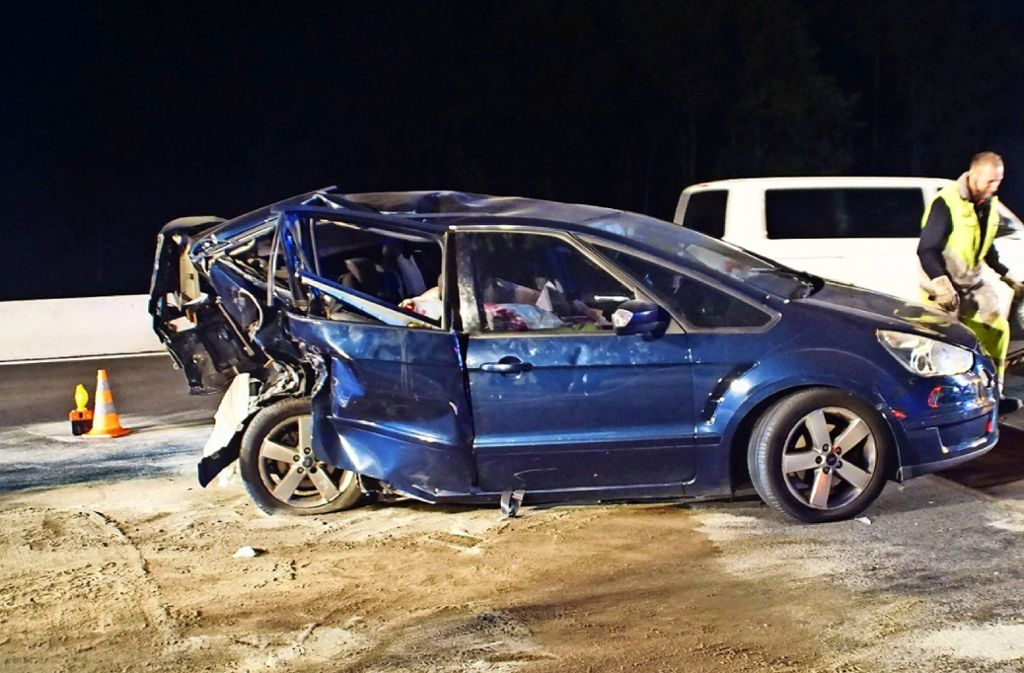 Was vom Auto übrig blieb: Für eine Familie endet eine Autobahnfahrt mit drei schwer verletzten Kindern. Foto: SDMG