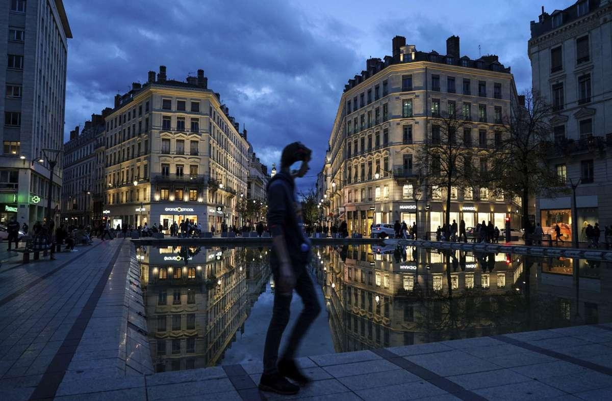 Ab Mittwoch werden die Corona-Regeln in Frankreich wieder verschärft. (Symbolfoto) Foto: dpa/Laurent Cipriani