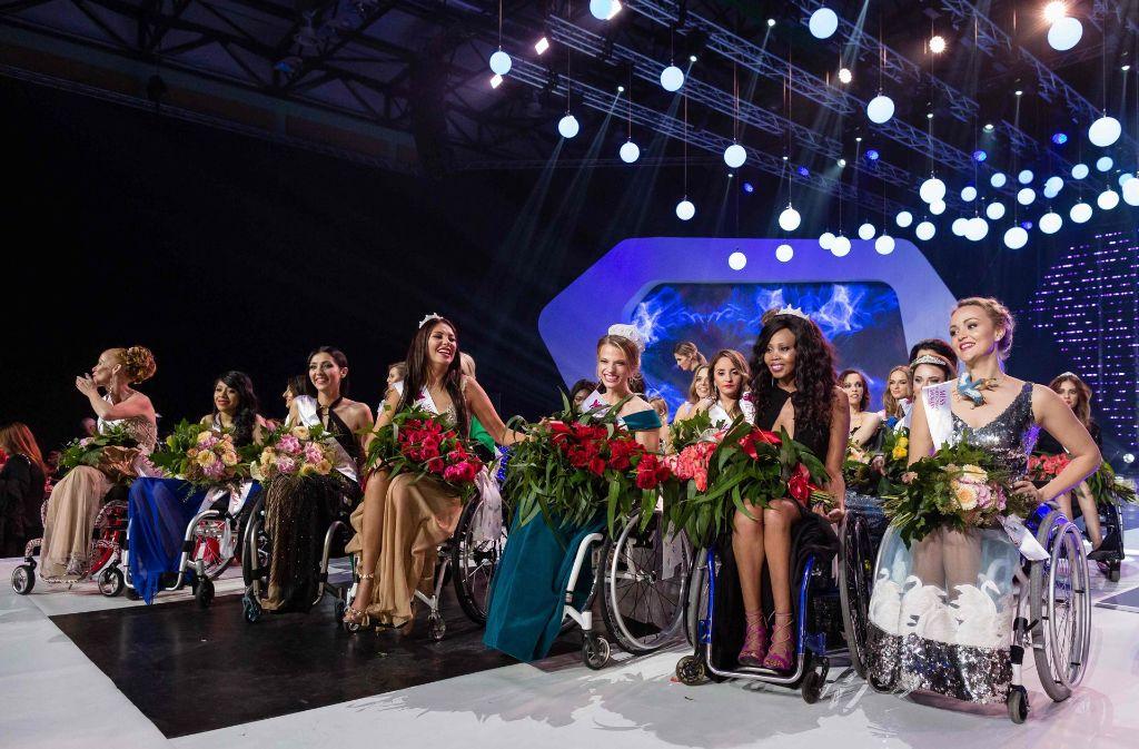 """Diese Frauen haben am Wettbewerb teilgenommen: 24 junge Rollstuhlfahrerinnen traten beim Wettbewerb """"Miss Wheelchair World"""" an. Foto: AFP"""