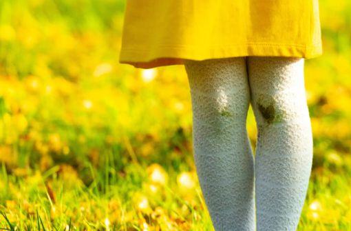 Erfahren Sie, wie Sie auch eingetrocknete Grasflecken schonend aus Jeans, Schuhen und sonstiger Kleidung bekommen.
