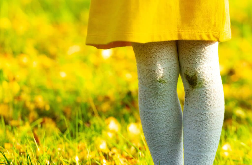 Erfahren Sie, wie Sie auch eingetrocknete Grasflecken schonend aus Jeans, Schuhen und sonstiger Kleidung bekommen. Foto: Woff / Shutterstock.com