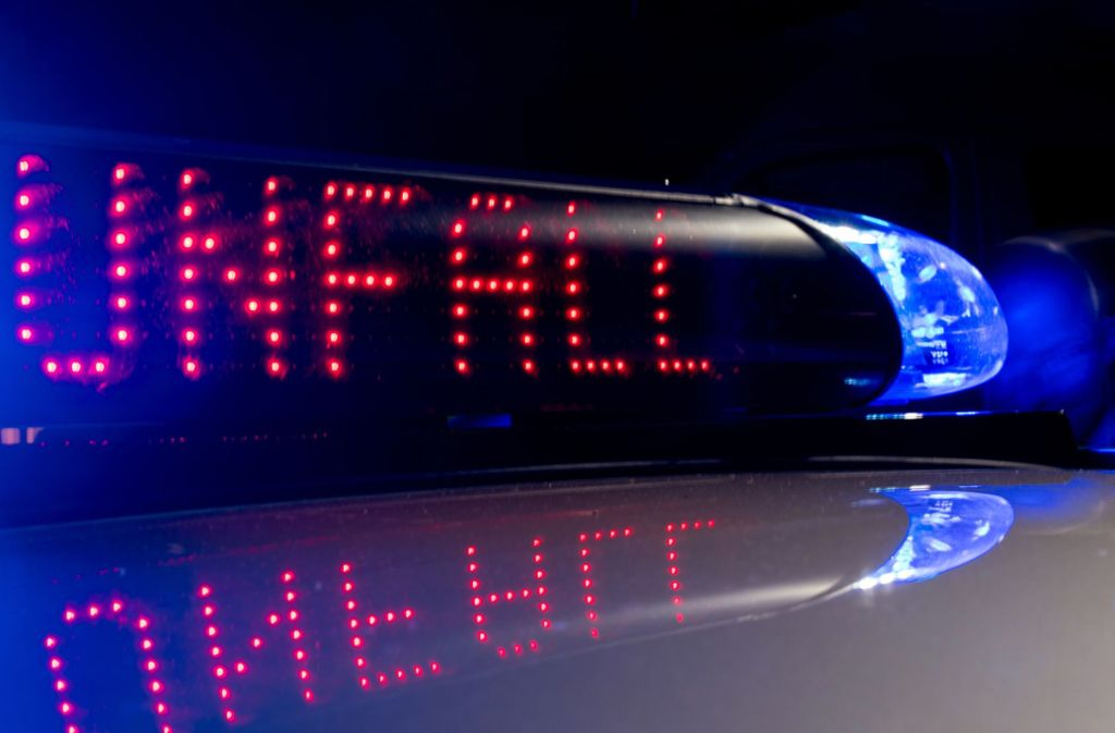 Bei dem Unfall auf der A8 werden drei Menschen verletzt (Symbolbild). Foto: dpa