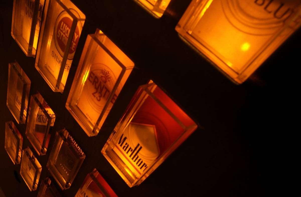 Die Unbekannten räumten den Zigarettenautomaten im Stuttgarter Osten komplett leer. (Symbolbild) Foto: imago/blickwinkel/imago stock&people
