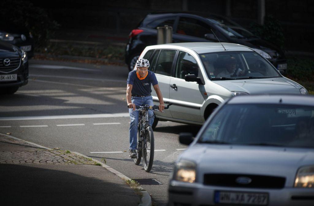 Sehr beengt: Jürgen Ehrmann vom ADFC auf  der Stuttgarter Straße Foto: Gottfried Stoppel