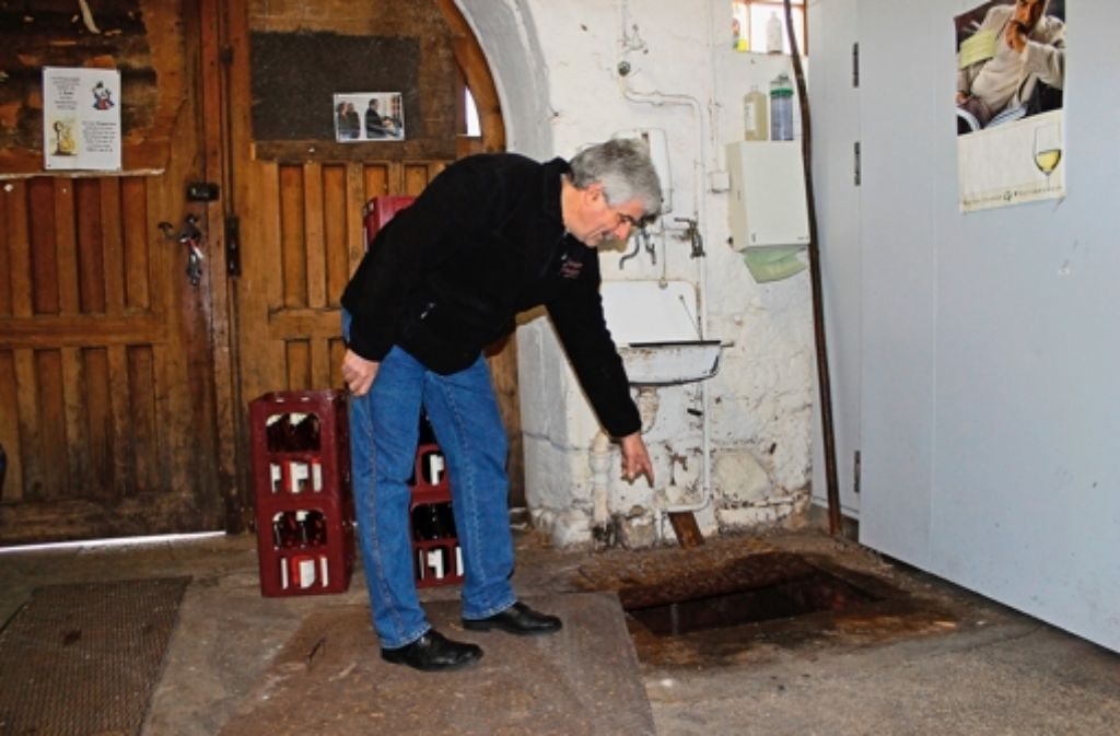 Der Weingärtner Jürgen Koch zeigt, wo es in der Kelter besonders klemmt. Foto: Schmidt