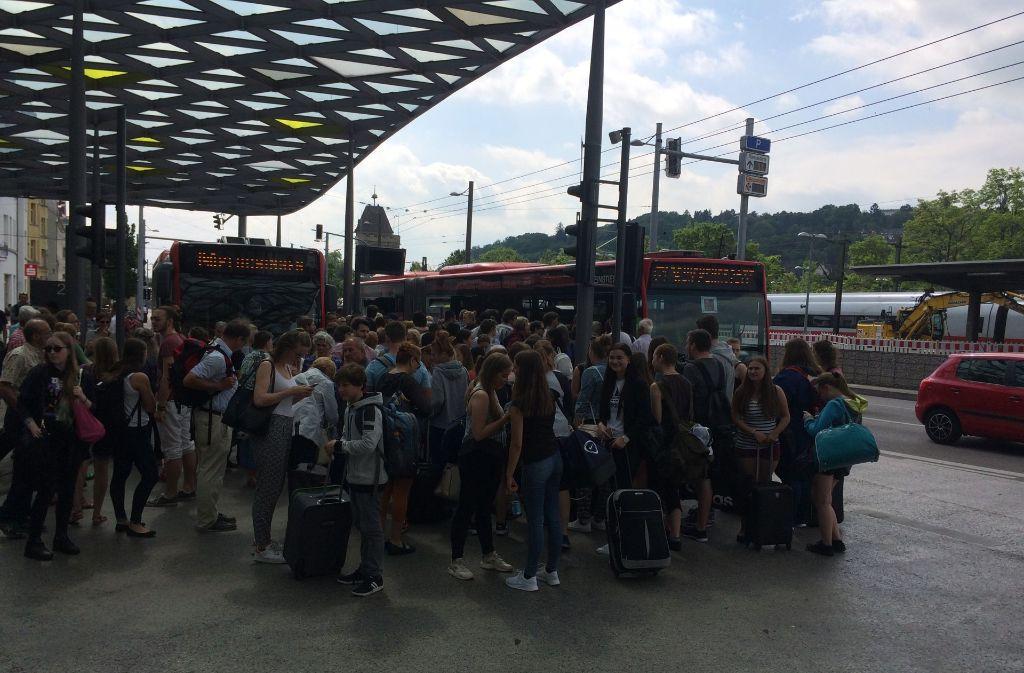 Der Schienenersatzverkehr (Bus rechts) konnte dem Personenandrang nicht gerecht werden. Foto: Sascha Maier
