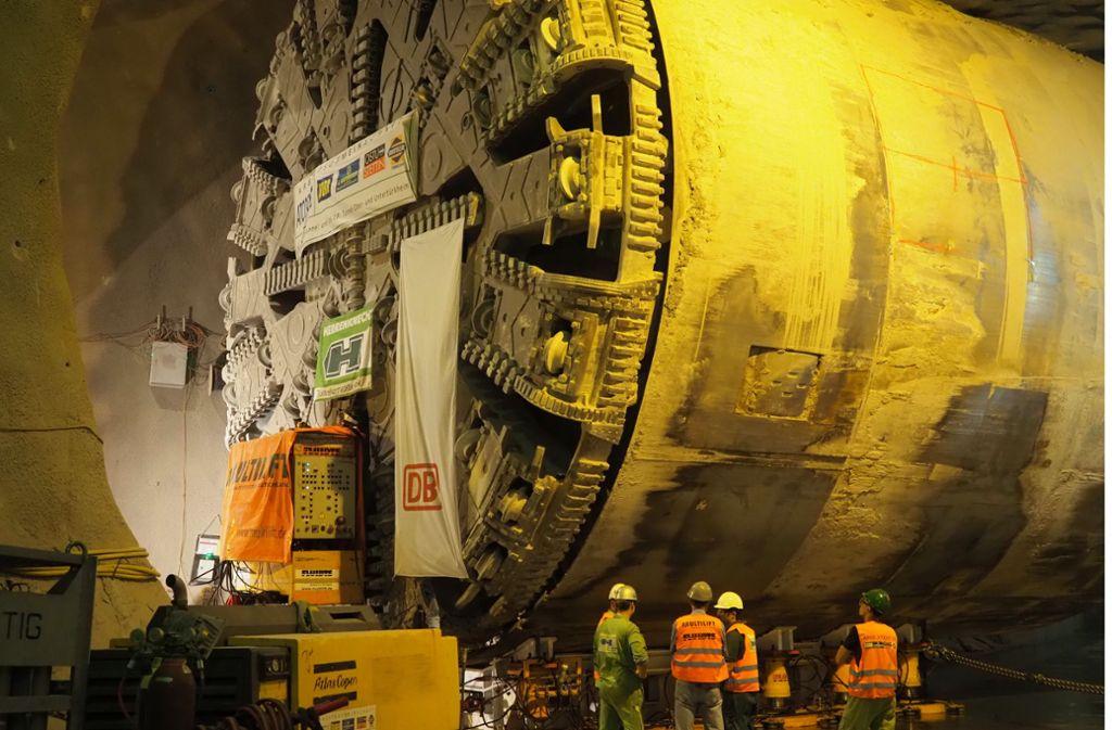 Der Bohrkopf der Maschine ist gewendet und fräst sich nun bergauf durch das Gestein. Foto: Deutsche Bahn AG