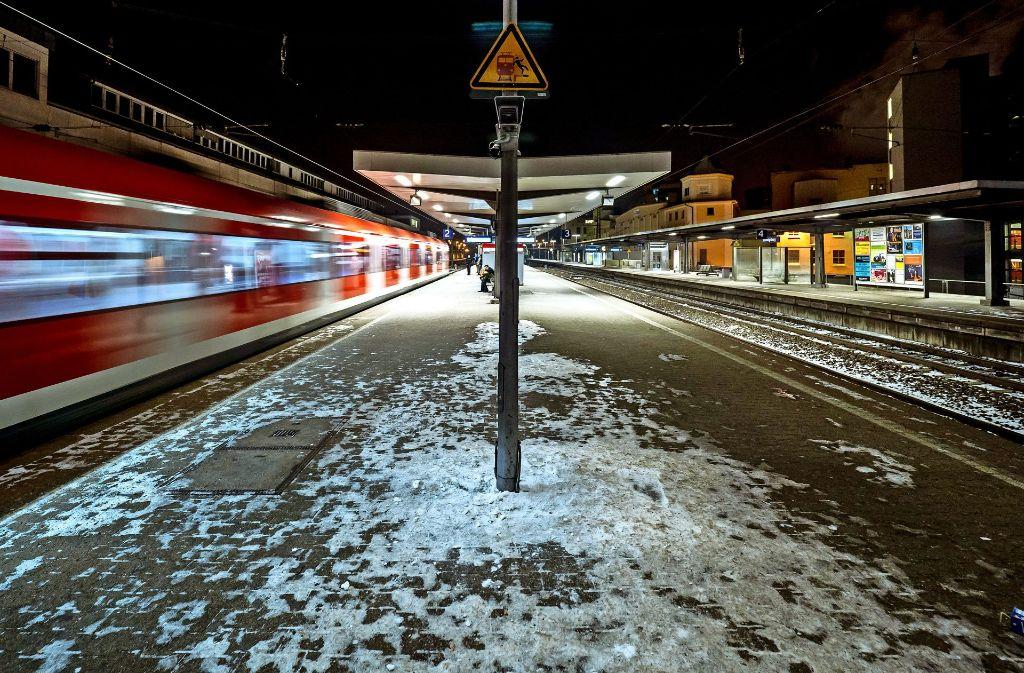 Die letzte S-Bahn bringt ein paar   junge Nachtschwärmer gegen halb zwei Uhr via Halt Favoritepark  nach Eglosheim Foto: factum/Weise