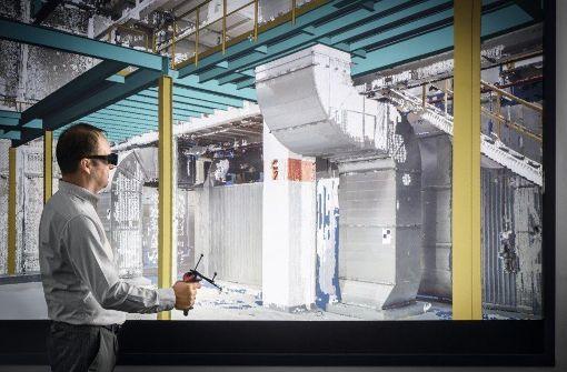 Ein Beispiel für Industrie 4.0: An der sogenannten Powerwall ist mithilfe einer Computersimulation eine Lackieranlage bereits vor ihrem Bau begehbar. Foto: Dürr