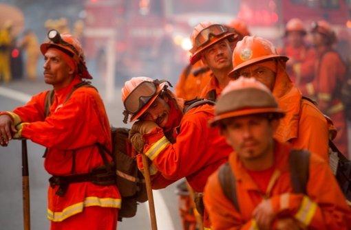 Anwohner fliehen vor den Flammen