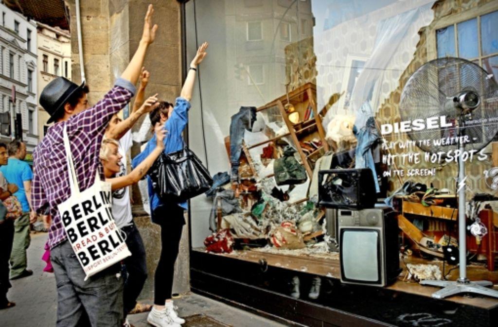 """In Berlin durften die Kunden aktiv an der """"Zerstörung"""" der Schaufenstereinrichtung von Diesel mitwirken. Foto: Liganova"""