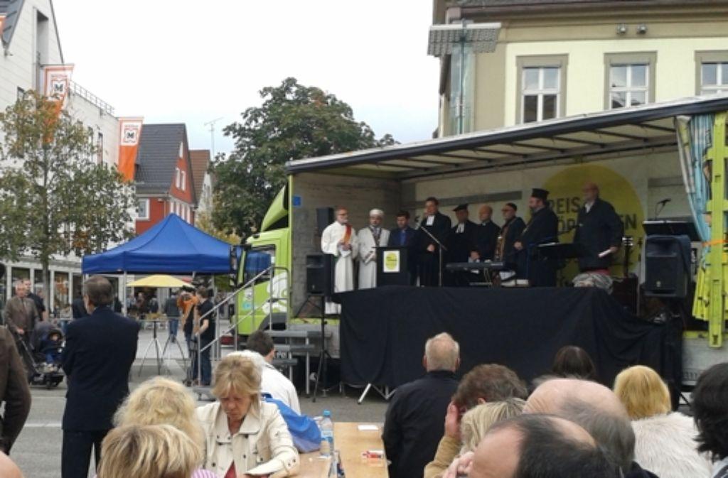 Auch bei der Kundgebung gegen die Autonomen Nationalisten haben Christen und Muslime gemeinsam auf dem Göppinger Marktplatz gebetet. Foto: Wein