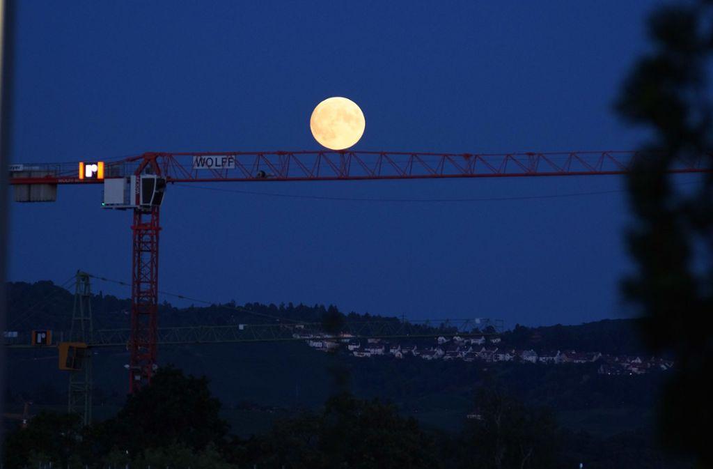 So prächtig zeigte sich der Mond am Mittwoch über Stuttgart. Foto: Andreas Rosar