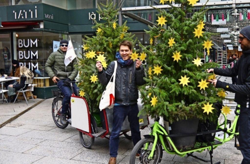 Die erste Station von Manuel Hilscher (Mitte),  Clemens Rudolf (links) und Jan Lutz war die Fluxus-Mall. Die ist Pate für zwei Mehrweg-Weihnachtsbäume. Foto: Nina  Ayerle