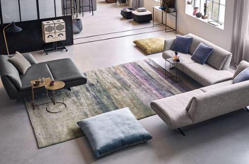 """So eindrucksvoll wie ein abstraktes Gemälde: """"Yungiyungi"""" aus der Kollektion """"Legends of Carpets"""" von Walter Knoll kann die komplette Atmosphäre eines Raumes verändern."""