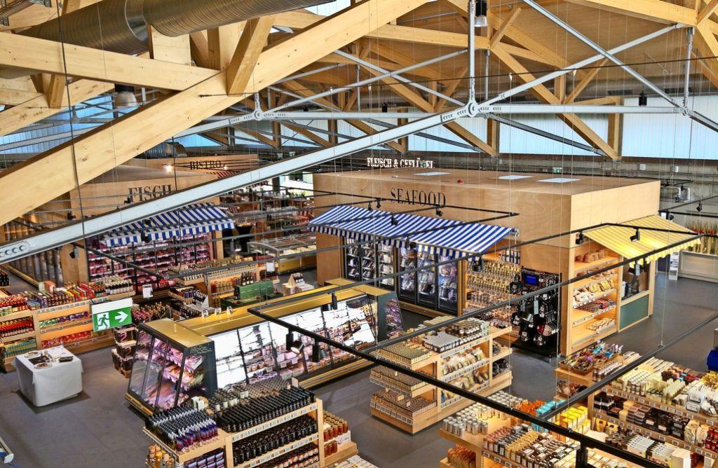 Die Verkaufsfläche in dem Neubau ist als Markthalle mit offener Dachbalkenkonstruktion gestaltet. Foto: Jürgen Brand