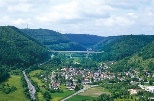 Visualisierung: Die geplante Filstalbrücke zwischen Mühlhausen im Täle (im Vordergrund) und Wiesensteig. Die Chronologie des Bauprojekts in unserer Bilderstrecke. Foto: Bahn