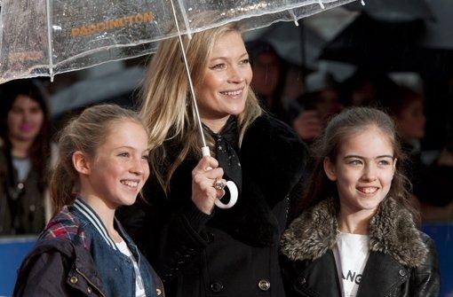 Kate Moss schaut mit Tochter Lila Grace den Film